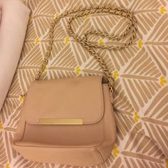 Forever 21 Tan & Gold Cross Body Chain Bag Gently worn cross body bag. Perfect for a dressy night out or casual day outfit! Forever 21 Bags Crossbody Bags