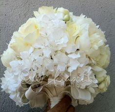 bouquet total white (frontale): peonie bianche, rose Avalanche, roselline poliandre e ortensie bianche.