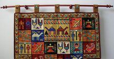 Este mural colgante tiene simbología de diversas culturas, entre ellas pre colombinas y egipcias. Está hecho en punto cruz sobre esterilla y...