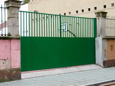 portón metálico en verde calle Cabrales Gijón. http://www.tallereslobon.com/