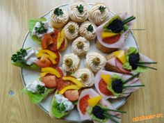 Obložené misy...kreácie mojej dcéry.... | Mimibazar.sk Deco Fruit, Sushi, Ethnic Recipes, Food, Beautiful Flowers, Salads, Drinks, Cooking Recipes, Fruits And Veggies