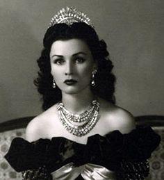 Iranian Royal Jewels - Diamond and Platinum Tiara belonged to Queen Fawzia of Iran (nee Princess Fawzia of Egypt) Royal Crowns, Royal Tiaras, Tiaras And Crowns, Kings & Queens, Farah Diba, The Shah Of Iran, Estilo Real, Glamour, Royal Jewelry