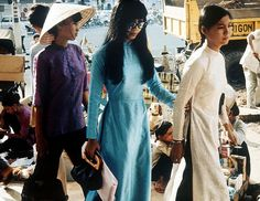Three young women shopping in Saigon in They are dressed in typical Vietnamese outfits, a very long tunic with a side slit over wide pants. (Photo by Keystone-France/Gamma-Keystone via Getty Images) Decades Fashion, 60s And 70s Fashion, Asian Fashion, Vietnamese Men, Vietnamese Clothing, Vietnam History, Vietnam War Photos, South Vietnam, Hanoi Vietnam
