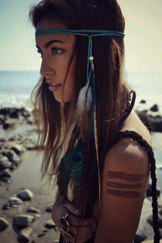 DIY boho feather hairpiece, Bohemian style hair accessories, Hippie headband with feathers, Hippy Gypsy modern fashion accessories and hair jewelry ideas and inspiration Hippie Chic, Hippie Style, Bohemian Style, Modern Hippie, Hippie Masa, Tribal Style, Gypsy Style, Look Festival, Festival Paint