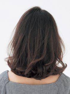 """ダイエットしなくても、髪を切るだけでやせて見える? そんな魔法を叶えるのが、鎖骨ぐらいの長さの「ロブ」スタイル。第2回目は、人気スタイリスト植田高史さん&秋葉千菜さんのお二人が、顔型別に、似合う""""やせ見えロブ""""を提案します。  「丸顔は短めだと子供っぽくなりすぎるので、やや長めに設定すると好印象。"""