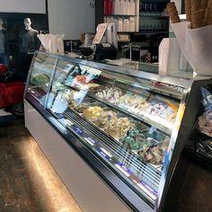 L'intervento di restyling della gelateria Eiscafé Pinocchio ha riguardato l'inserimento della nuova vetrina Elite ...