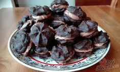 Suroviny, které máte jistě doma v komoře. Vyzkoušejte si připravit fenomenální kakaové vánoční cukroví. Autor: Triniti Desert Recipes, Sweet Tooth, Stuffed Mushrooms, Cooking Recipes, Pudding, Candy, Cookies, Chocolate, Baking