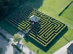 Hele familien kan hjælpes ad med at finde igennem den store labyrint, som er designet af Piet Hein. Den er - så vidt vides - verdens største og det tager i gennemsnit 15 minutter at finde ind til centrum.