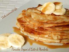 I Pancakes vegani al latte di mandorla sono una golosa colazione per iniziare bene la giornata
