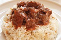 """Το αγαπημένο πολίτικο φαγητό Τας Κεμπάπ, που εκτός από αρνί φτιάχνεται και με μοσχάρι. Η επιτυχία του έγκειται στην τέλεια δεμένη σάλτσα του! Μυρωδάτο φαγητό που έχει κάνει εμφάνιση σε κάθε κυριακάτικο τραπέζι και αρέσει σε όλους! Η λέξη """"τας"""" είναι παλιά τούρκικη λέξη για την κατσαρόλα, δηλαδή """"τας κεμπάπ""""σημαίνει """"κεμπάπ στην κατσαρόλα"""". ΥΛΙΚΑ Μοσχάρι … Lamb Recipes, Greek Recipes, Keto Recipes, Cooking Recipes, Healthy Recipes, Healthy Foods, Cetogenic Diet, Greek Cooking, Easy Meals"""