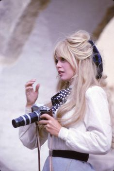 A cute pic of Brigitte Bardot from Viva Maria! BB so so gorgeous in this film! For everything Classic Hollywood, visit my website! Bridget Bardot Hair, Bardot Brigitte, Brigitte Bardot Hairstyle, Pelo Retro, 1960s Hair, Star Francaise, Actrices Hollywood, Mode Outfits, Classic Hollywood