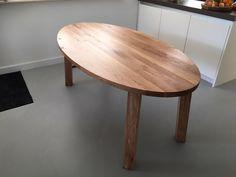 eikenhouten ovale tafel. Gemaakt door Houtvorm in Dongen. Https://houtvorm.nl