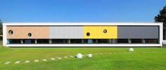 Przedszkole Żółty Słonik z Ostrowi Mazowieckiej to światełko w mrocznym tunelu polskiej architektury szkół i przedszkoli. Modernistyczna i funkcjonalna bryła, otoczona zielenią, nie stroni od kolorów. Budynek wystrzega się jednak pstrokacizny, kiczu i sztampy: nie znajdziemy