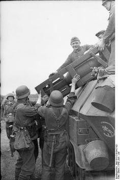 Juni 1942 Russland, bei Woronosch.- Soldaten bei Montage eines schweren Wurfrahmens 40 an einem mittleren Schützenpanzerwagen (Sd.Kfz. 251 der 24. Panzerdivision) und Beladen mit Munition (Wurfkörpern)