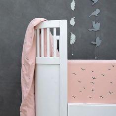 Vi forhandler de lækreste produkter fra @petitbyv, fx. dette lækre sengetøj og sengeranden, som fås i flere farver - hop ind og se nærmere og forkæl dig selv og den lille lidt 🍂🌿✨  #indretning #børneværelse #dreng #pige #baby #tekstil #sengetøj #babyværelse #inspiration