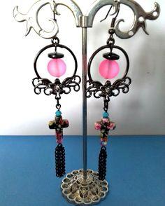 Boucles d'oreilles pendantes créoles gun métal, croix de fleurs en howlite peinte, toupies Swarovski turquoise , rose, perle : Boucles d'oreille par creationsannaprague