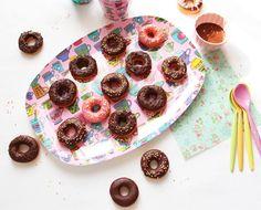 Il y a une bonne semaine, j'ai tenté l'expérience des mini donuts au chocolat sans machine et sans robot. C'est la première fois que je prépare ces petites douceurs. Cela fait un petit moment que cette spécialité des Etats Unis me trottait dans la tête....