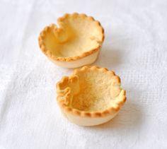 Mini tartelettes pain de mie   à essayer : on étale au rouleau les tranches de pain de mie sans la croûte -  beurrer légèrement une face - foncer les moules coté beurré dessus -faire cuire