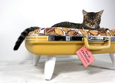 Suitcase Pet Bed 4 Upcycled Suitcase Pet Bed: how to transform an old suitcase into the cats cradle