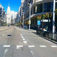 Día 24. Calles cortadas al tráfico motorizado por la media maratón de Madrid. Más feliz que una perdiz rodando sin aglomeraciones. #30diasenbici #30daysofbiking #alegresciclistas