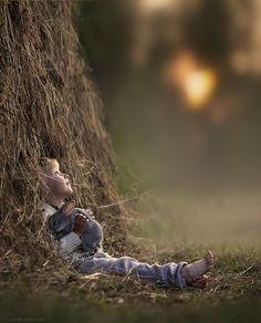 Op een zomerse avond in het hooi. Door Elena Shumilova Meer over hooi? Ga naar http://www.milkstory.nl/artikel/hooi-duurzaam-en-goed-voor-koe
