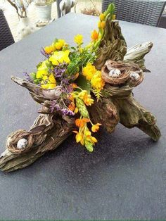 Allereerst wil ik iedereen heel hartelijk bedanken voor de vele lieve reacties d. First of all I want to thank everyone very much for the many sweet reactions I received as a result of my previous m Easter Flower Arrangements, Easter Flowers, Floral Arrangements, Deco Floral, Floral Design, Driftwood Crafts, Deco Table, Nature Crafts, Easter Crafts