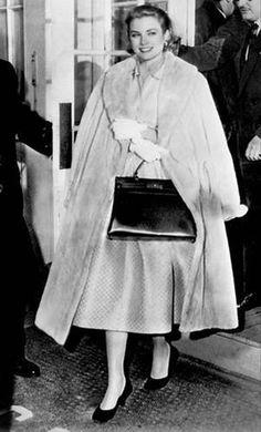 """En 1954, Grace Kelly va chez Hermès accompagnée de sa costumière Edith Head pour trouver des accessoires pour le film """"La Main au collet"""" d'Hitchcock. Elle tombe alors amoureuse de la marque. Ella adoptera le sac Kelly Hermès qui portera son nom... et doit finalement son succès, aussi, à Alfred Hitchcock."""