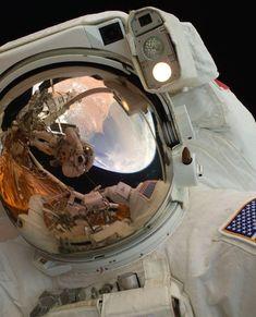 映画「ゼロ・グラビティ(原題:Gravity)」: NASA > 宇宙遊泳中のジョン・グランズフェルド宇宙飛行士