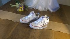 Bruiloft converse! Witte lace en parel aangepaste Trouwschoenen door SomethingBlueByRuth op Etsy https://www.etsy.com/nl/listing/278587120/bruiloft-converse-witte-lace-en-parel