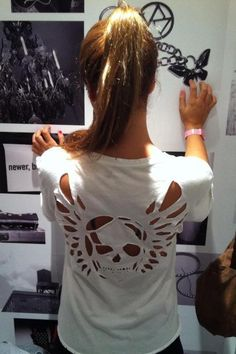 T-shirt cut out Skull w/ wings