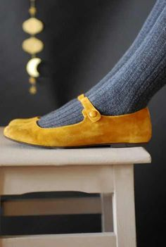 mustard shoes with grey tights. I have tights like this- just need the shoes! Mode Shoes, Women's Shoes, Me Too Shoes, Shoe Boots, Dress Shoes, Ankle Boots, Flat Shoes, Buy Shoes, Oxford Shoes