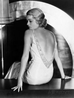 Los vestidos empiezan a tomar forma por la parte posterior, dando un toque de sensualidad y erotismo sin restar elegancia a la figura femenina, con espaldas descubiertas.