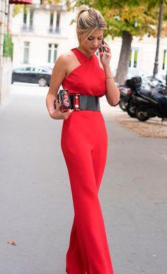 Street style look Lalá Rudge com macacão vermelho.