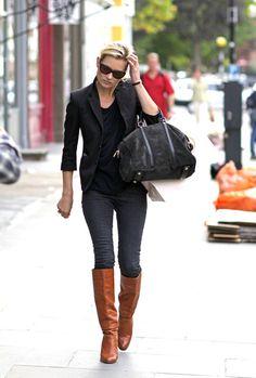 黒の定番キレイめジャケットも、茶系ブーツを合わせるだけで、ハッと目をひくスタイルに変身。