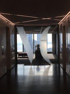 "Ver 130 fotos e 3 dicas de 707 clientes para Vogue Magazine. ""The female employees at Vogue wear shoes from the future! Just Dream, Dream Job, Dream Life, Magazine Vogue, Student Fashion, School Fashion, Nyc Fashion, World Of Fashion, Fotografia"