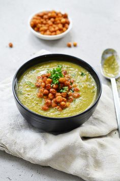 Zucchini-basil soup with roasted chickpeas (Rens Kroes) Veggie Recipes, Soup Recipes, Dinner Recipes, Healthy Recipes, Veggie Food, Roast Zucchini, Zucchini Soup, Vegan Soup, Healthy Soup