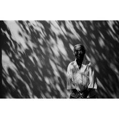 가을에 이갑철 / 사진 / gelatine silver print /  흑백 사진이 주는 옛날 분위기가 물씬 느껴진다. 벽에 떨어지는 나뭇잎의 그림자는 가을 햇살을 느끼게 한다. 주름진 얼굴, 경직된 자세가 노인의 삶을 나타내는 듯 하다. 노인 위로 드리워진 그림자는 인생의 얼룩을 표현한 것일까.