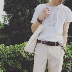 2017年新作の商品! KEY MEMORYのイラストTシャツです。 男性にも女性にも着て欲しいからデザインにこだわり、使いやすい定番モノから存在感バツグンな1枚まで幅広いラインナップです。 綿100%だから肌触り・通気性の良いさらっとした着心地で汗の吸収・発散性に優れており型崩れしにくいのもポイント。 【SIZE】Length:Chest:Sleeve 《Ladies》64㎝:44㎝:16㎝ 《M》68㎝:48㎝:19㎝ 《L》71㎝:51㎝:20㎝