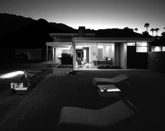 Legendary photographer Julius Shulman at the Kaufmann House in Palm Springs, California, designed by architect Richard Neutra in Photo: Juergen Nogai Richard Neutra, German Architecture, Architecture Design, Palm Springs, Desert House, Beach House, Architectural Photographers, Mid Century House, Mid Century Modern Design