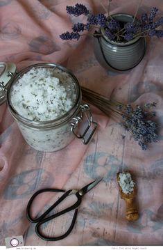 Es gibt nichts schöneres als nach einem langen Tag den Stress mit einem entspannenden und beruhigenden Lavendel-Zucker-Peeling abzurubbeln.