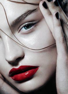 Wet skin, wet hair, wet lips. Nom nom nom. Roosmarijn de Kok by Hannah Khymych for Playing Fashion