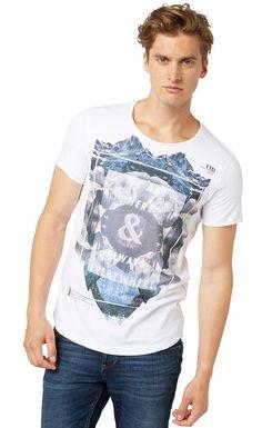 """T-Shirt mit grafischem Print für Männer (unifarben mit Print, kurzärmlig mit Rundhals-Ausschnitt) aus Jersey gefertigt, pigmentierter Foto-Print mit """"we are here & always everywhere"""", aufgerollte Ärmelenden. Material: 100 % Baumwolle..."""