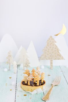 Tarte au chocolat forêt de sapins by Carnets Parisiens, aww look at this amazing chocolat tarte with the little christmas trees! Noel Christmas, Christmas Treats, Christmas Baking, All Things Christmas, Winter Christmas, Christmas Decorations, Diy Weihnachten, Cookies Et Biscuits, Merry And Bright