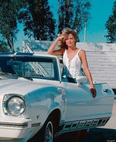 Actress Farah Fawcett on the set of Charlie's Angels with a 1976 Ford Mustang Cobra II. Ford Mustang Shelby Cobra, King Cobra, Farrah Fawcett, Pony Car, In Hollywood, Dream Cars, Dame, Classic Cars, Actresses