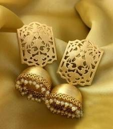 Indian jewelry, traditional jewelry,High quality gold plated jhumkas lined with fine pearls Gold Jhumka Earrings, Indian Jewelry Earrings, Jewelry Design Earrings, Gold Earrings Designs, Indian Jewelry Sets, Ear Jewelry, Jhumka Designs, Pearl Jhumkas, Tikka Jewelry