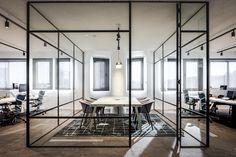 Een industrieel en stoer kantoorinterieur met verwijzingen naar de wereld van de scheepvaart. #SMTShipping #DZAP #office #interior #design #styling #industrial #kantoor #interieur #ontwerp #cyprus #architecture #meetingroom #glass