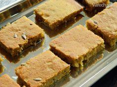 V poslednom čase sa ako keby roztrhlo vrece s receptami na tekvicové koláče, polievky,  omáčky. Ja som tekvicu ešte nikdy v nijakej podobe nejedla, tak som sa rozhodla, že ju  musím určite odskúšať. :) Doma mal koláčik veľký úspech a ja sa chystám na druhú várku. Cornbread, Ethnic Recipes, Desserts, Food, Millet Bread, Tailgate Desserts, Deserts, Essen, Postres