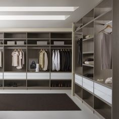 I like the white drawers combined with wood. Wardrobe Room, Walk In Wardrobe, Wardrobe Design, Walk In Closet, Master Closet, Closet Bedroom, Closet Space, Home Theaters, Dressing Room Closet