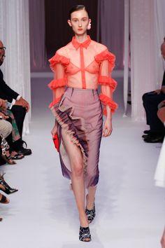 Алессандро Микеле заразил дизайнеров любовью к рюшам — ими шуршало каждое второе платье миланской Недели