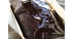 Bolo ensopado em calda de chocolate